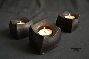 designový stolní kovaný svícen